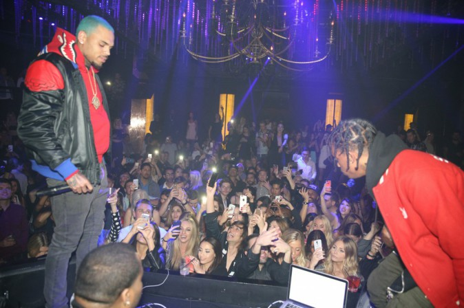 Photos : Chris Brown : cheveux bleus pour sa première apparition depuis la terrible fusillade !