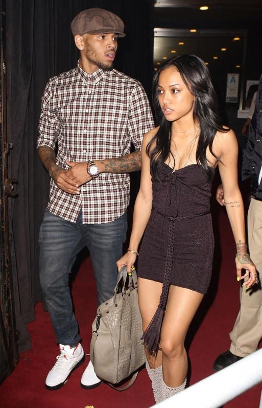 Chris Brown quitte une boîte de nuit avec sa copine