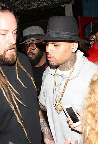 Chris Brown entourés de fans à Los Angeles le 21 juin 2014