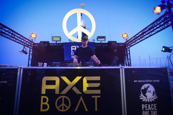 Chris Brown, Steve Aoki, Bertrand Chameroy, 1995 réunis pour faire la fête sur le Axe Boat !
