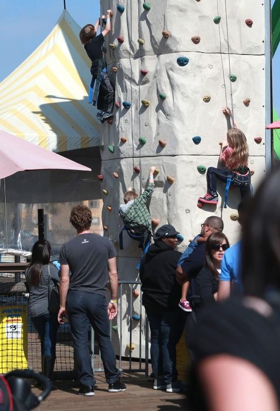 Chris Martin et ses enfants à la fête foraine de Santa Monica, le 4 avril 2013