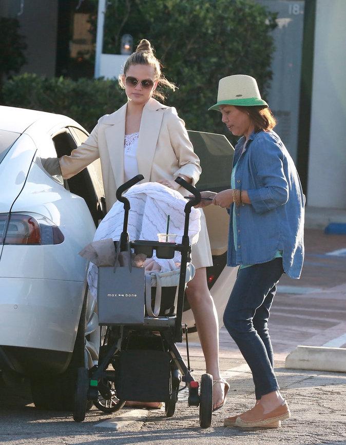 Photos : Chrissy Teigen : elle craque trop pour sa fille !