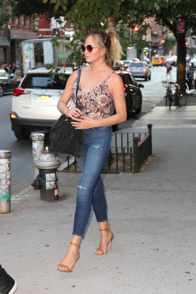 Chrissy Teigen dans les rues de New York avec son mari John Legend et sa fille Luna Simone
