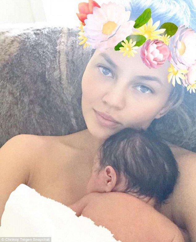 Photos : Chrissy Teigen et John Legend : leur bébé, jamais tranquille...