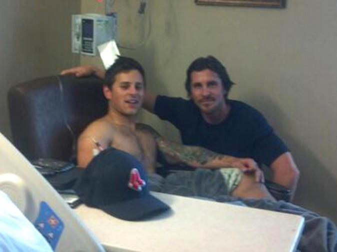 Christian Bale rend visite aux victimes de la fusillade d'Aurora dans un hôpital de Denver.