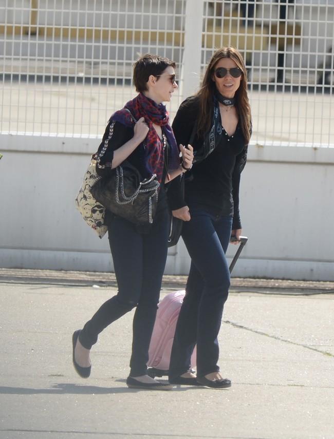 Anne Hathaway et la femme de Christian Bale le 21 juillet 2012 à l'aéroport du Bourget