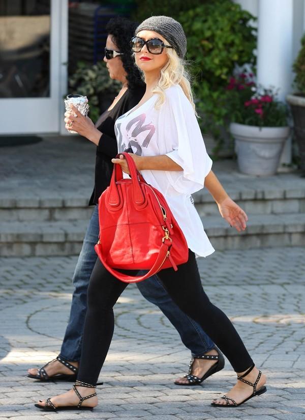 Superbe avec son rouge à lèvres assorti à son sac !