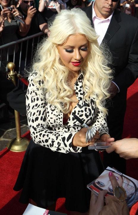 Elle adore signer à nouveau des autographes !