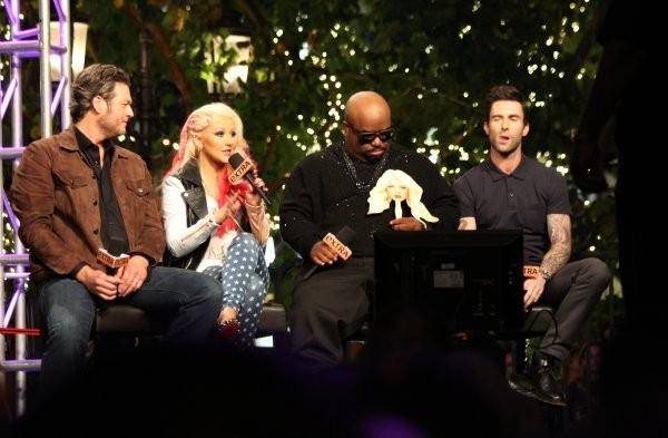 Blake Shelton, Christina Aguilera, Cee Lo Green et Adam Levine en promo sur le plateau de l'émission Extra à Los Angeles, le 5 novembre 2012.