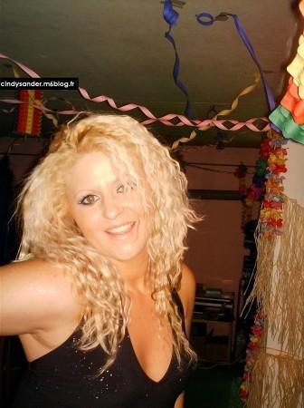 Cindy en mode Shakira. Est-elle aussi habile en danse du ventre ?
