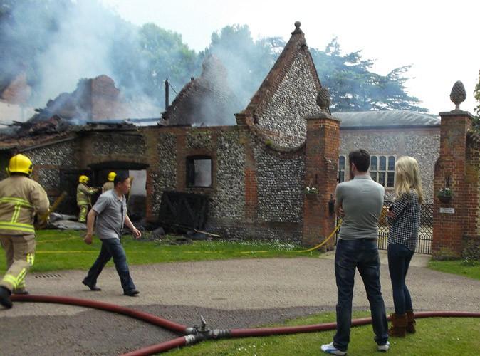 Photos : Claudia Schiffer : impuissante devant sa propriété en flammes !