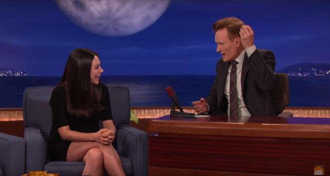 Mila Kunis révèle à Conan O'Brien combien elle a dépensé pour son alliance et celle de son mari