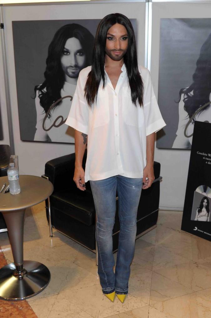 Conchita Wurst : chic et décontractée pour rencontrer ses fans italiens !