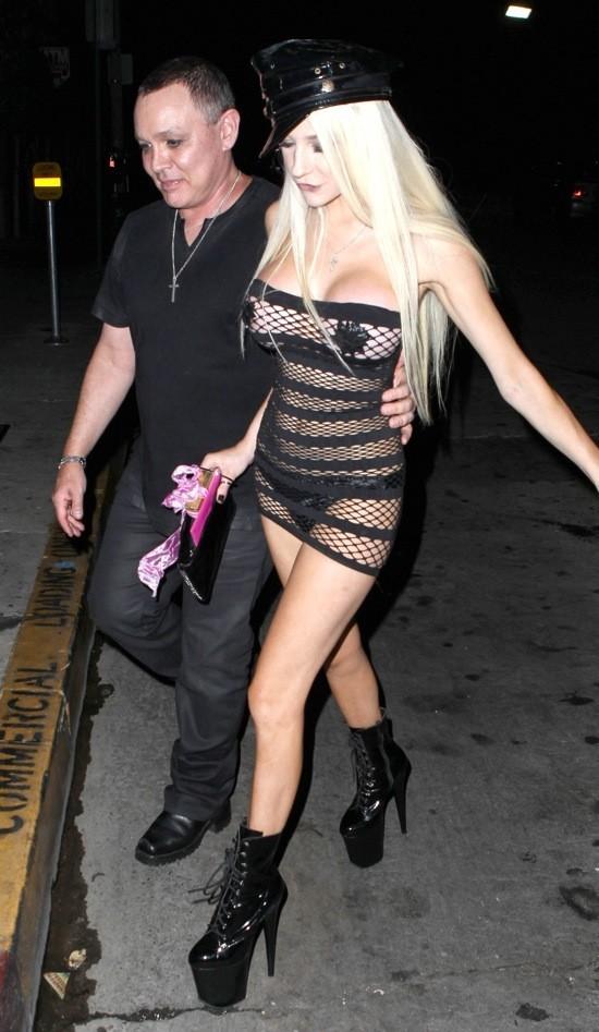 Photos : Courtney Stodden : toujours plus provocante, elle fait son entrée à moitié nue dans un bar holywoodien !