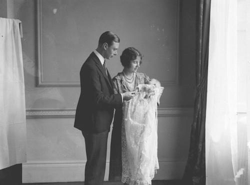 Elizabeth II avec ses parents le roi George VI et sa femme, Elizabeth