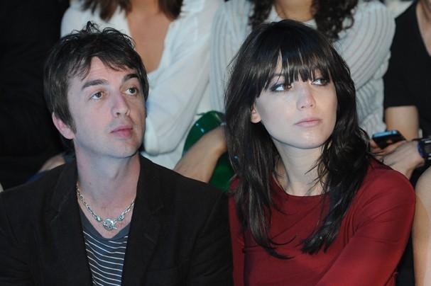 Daisy Lowe et son petit-ami lors du défilé Elie Saab à Paris, le 6 juillet 2011.