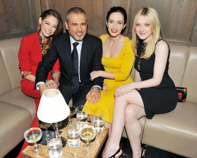 Analeigh Tipton, Elie Saab, Emily Blunt et Dakota Fanning lors du diner en l'honneur du créateur libanais à New York, le 5 avril 2012.