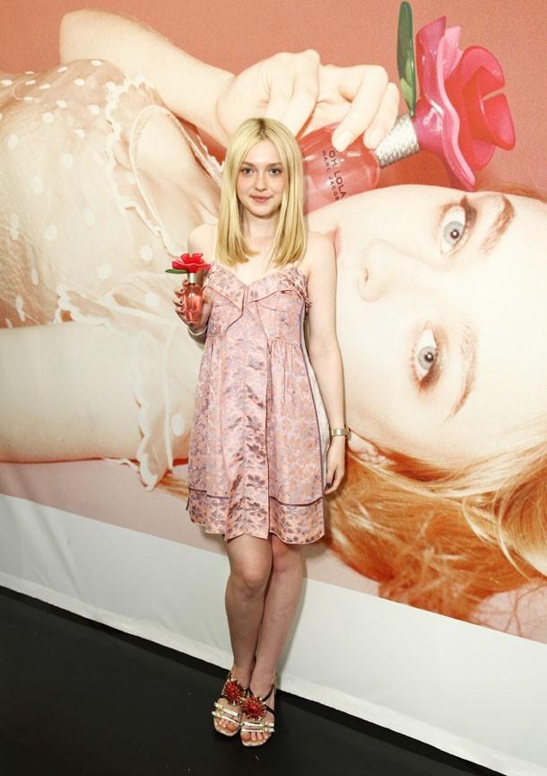 La blondinette est l'égérie de la marque ...tout comme sa soeur Elle Fanning !