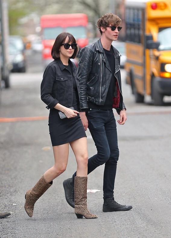 Dakota Johnson et Matthew Hitt à New-York le 27 avril 2015