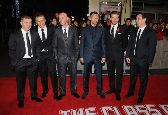 "Paul Scholes, Phil Neville, Nicky Butt, Ryan Giggs, David Beckham et Gary Neville lors de la première mondiale du documentaire ""The Class of 92"" à..."