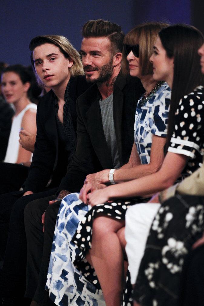 David Beckham et Brooklyn Beckham styl�s et souriants pour soutenir Victoria Beckham � son d�fil�