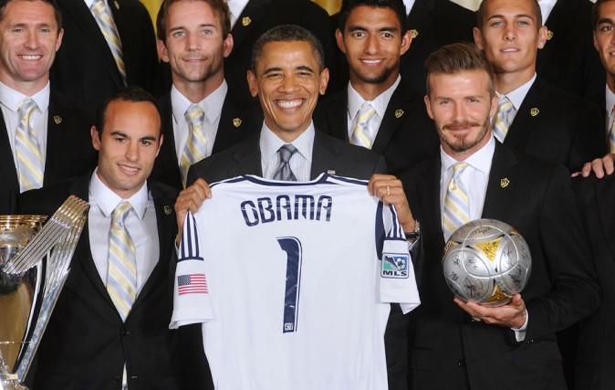 Barack Obama, trop content d'avoir son propre maillot !