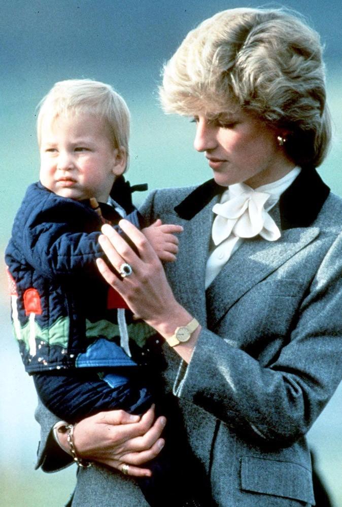 Photos : le Prince William enfant, dans les bras de sa mère Lady Di