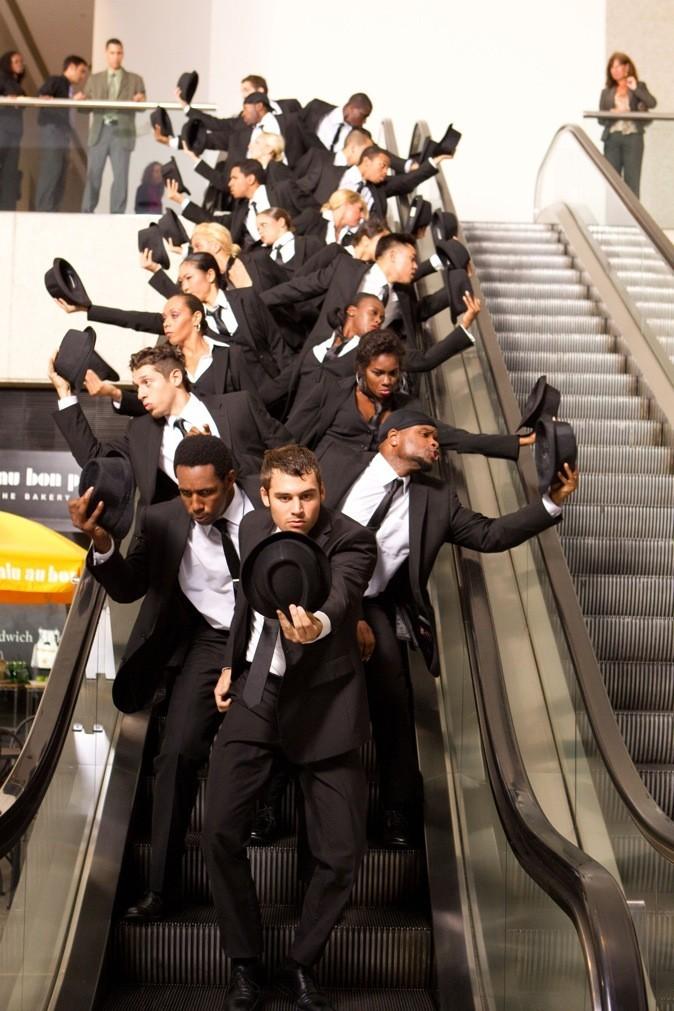 Dans les escaliers habillés en Charlot !
