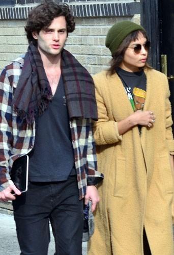 Penn Badgley et Zoë Kravitz : ballade en amoureux dans les rues de New York!