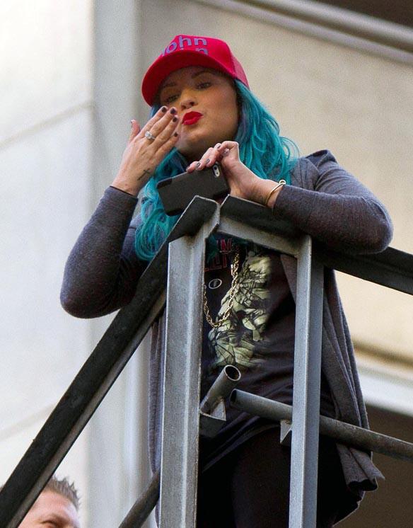 Demi Lovato sur le balcon e son hôtel de Sao Paulo le 14 octobre 2013