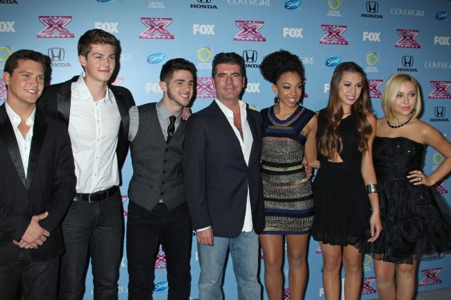 """Simon Cowell et les finalistes du """"X Factor US"""" à Los Angeles, le 4 novembre 2013."""
