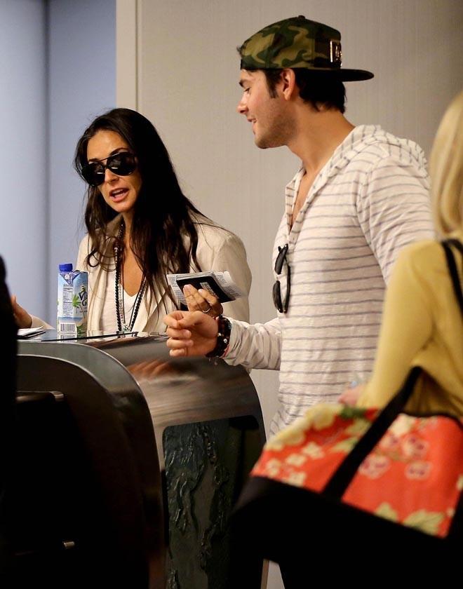 Demi Moore et Jayson Blair à l'aéroport de Los Angeles le 24 juin 2013