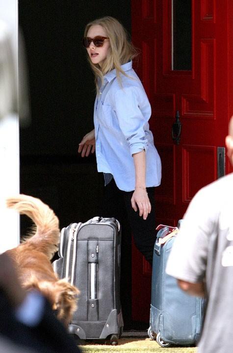 Amanda Seyfried quitte sa maison de Los Angeles le 31 juillet 2012