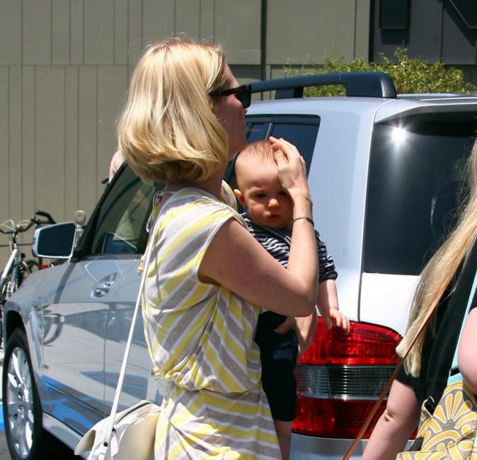 Qui est ce beau bébé, farouchement protégé par sa maman ?