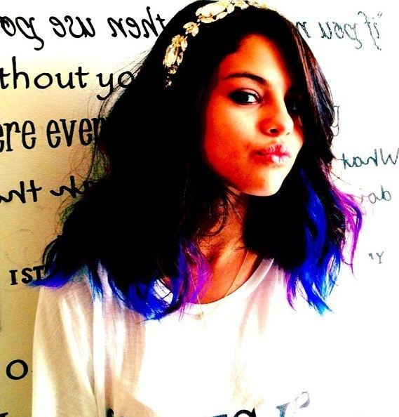 Il s'agit de Selena Gomez, qui ose un look rock !