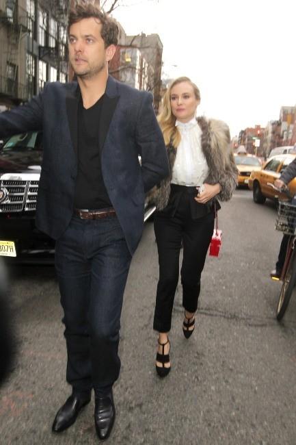 """Joshua Jackson et Diane Kruger se rendant à la soirée """"2013 FX Upfront Bowling Event"""" à New York, le 28 mars 2013."""