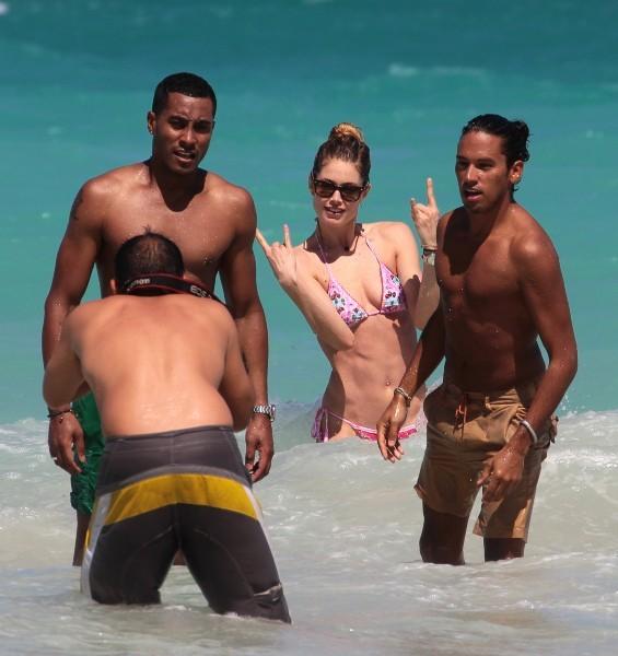 Doutzen Kroes et son mari, et leur ami Ryan Marciano en vacances à Miami, le 28 avril 2013.