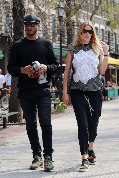 Doutzen Kroes avec son mari Sunnery James dans les rues de New-York le 22 avril 2014
