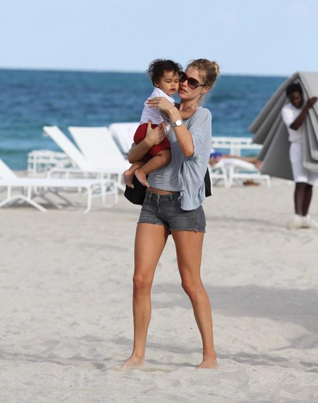 Doutzen Kroes sur une plage de Miami avec son fils Phyllon Joy !