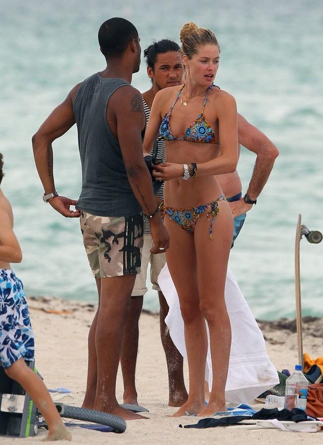 Doutzen Kroes le 15 août 2012 sur la plage de Malibu