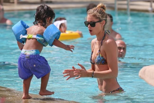 Doutzen Kroes en vacances à Miami avec son fils Phyllon, le 24 mars 2013.