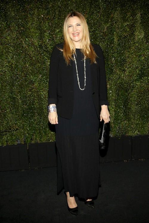 Photos : Drew Barrymore : elle s'offre Chanel et un look mémère pour présenter son nouveau livre !
