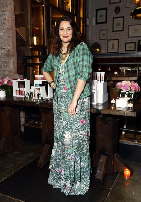 """Drew Barrymore lors de la soirée de lancement de sa gamme de cosmétiques """"Flower"""" à New York, le 15 janvier 2013."""