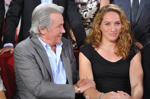 Aux côtés d'Alain Delon pendant l'enregistrement de Vivement Dimanche en septembre 2012