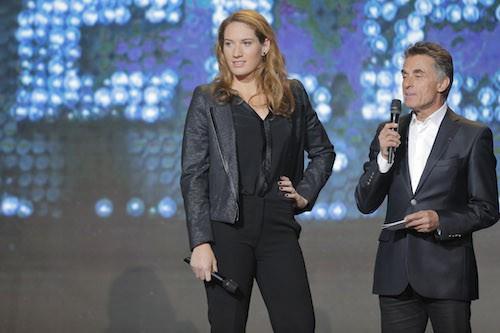 Camille Muffat aux côtés de Gérard Holtz pendant le Téléthon 2014