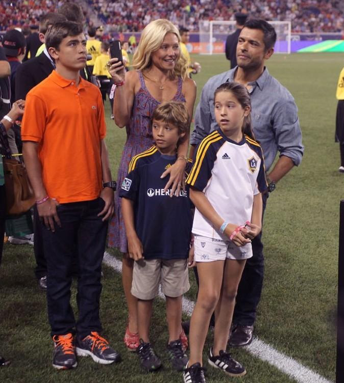 Kelly Ripa en famille lors du match de foot qui opposait les MLS All Stars à Manchester United, à Harrison dans le New Jersey, le 27 juillet 2011.