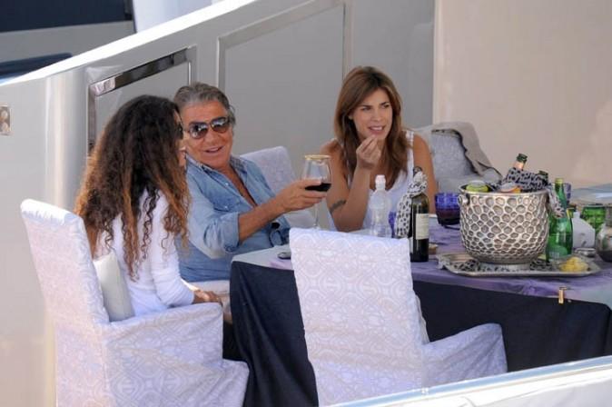 Elisabetta Canalis, Afef Jnifen et Roberto Cavalli sur le yacht de ce dernier, à Cannes, le 17 mai 2011.