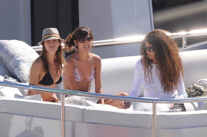 Elisabetta Canalis et Afef Jnifen sur le yacht de Roberto Cavalli à Cannes, le 17 mai 2011.