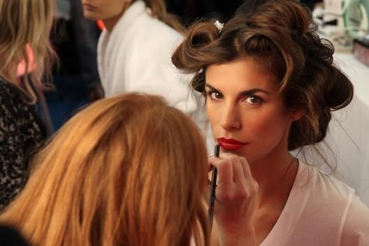Dernière retouche make-up avant la prise de vue... Même en bigoudis, elle est canon !