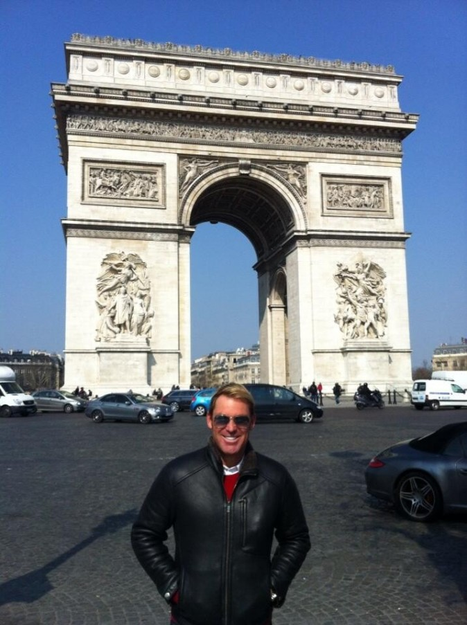 Shane Warne devant l'Arc de Triomphe